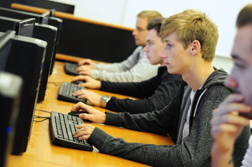 Studenti pracují na PC SOŠ a SOU Kuřim