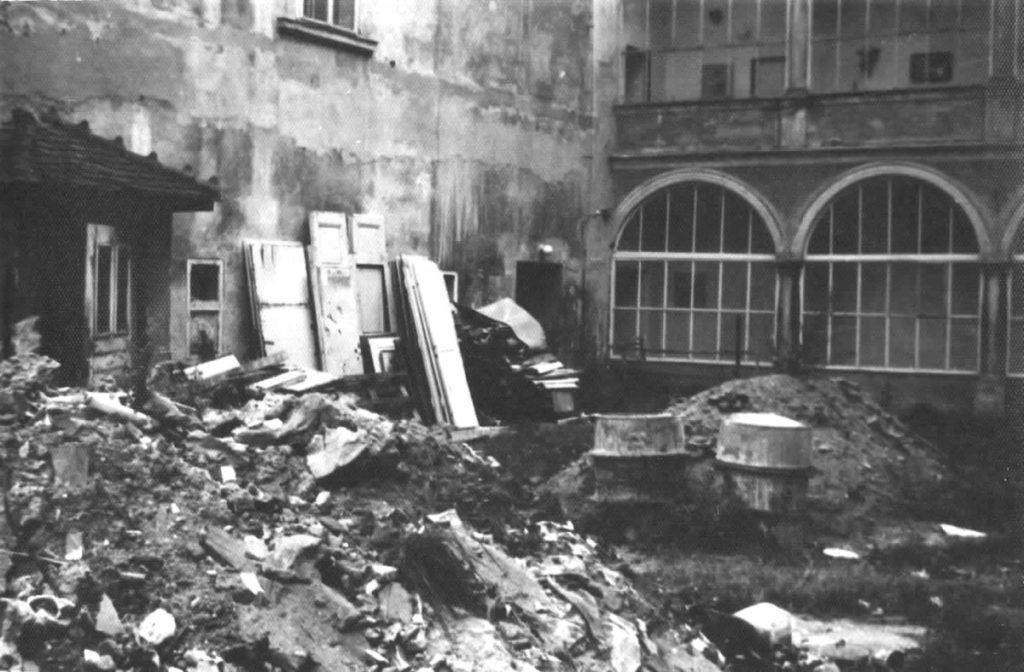 Kuřimský zámek v roce 1983 nádovří.