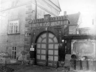 Kuřimský zámek v roce 1983 brána.