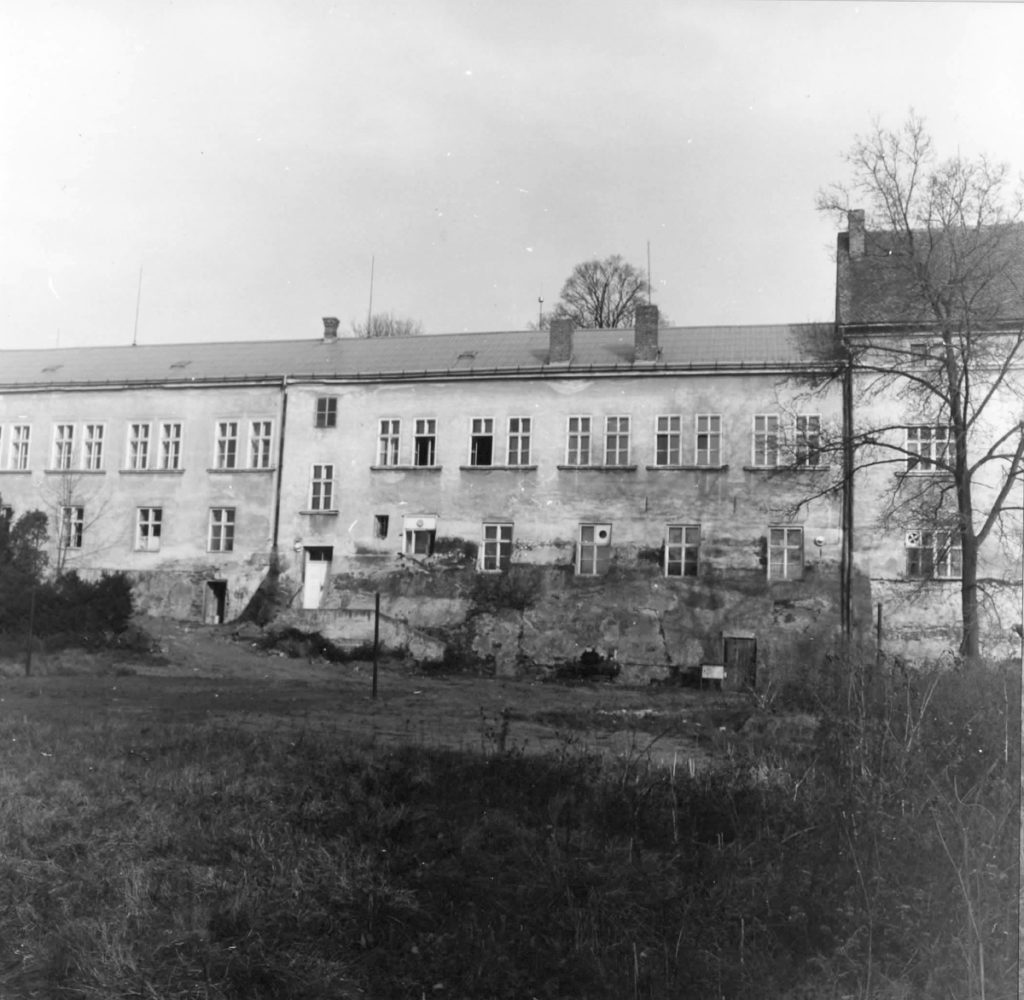 Kuřimský zámek v roce 1983 zahrada, nuta.