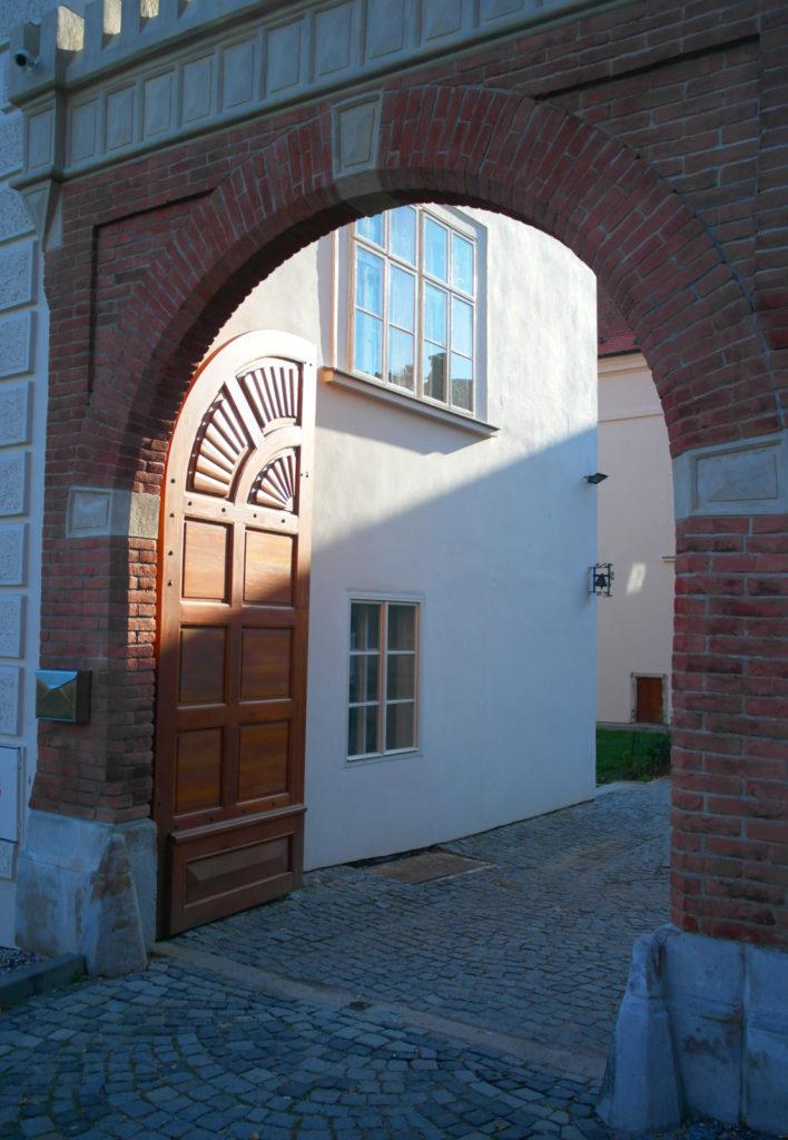 Kuřimský zámek - brána - budova teoretického vyučování školy