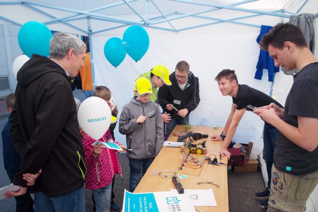 Den otevřených dveří Siemens Drásov a školní stánek